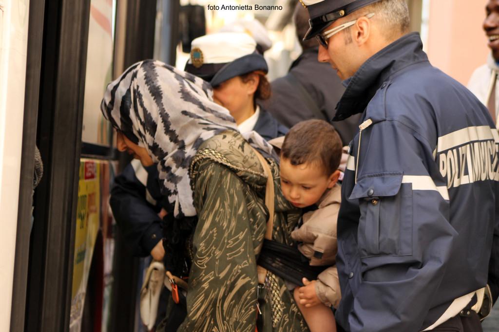 Operazioni di sgombero nello stabile occupato a Via Don Minzoni. (foto ANTONIETTA BONANNO)