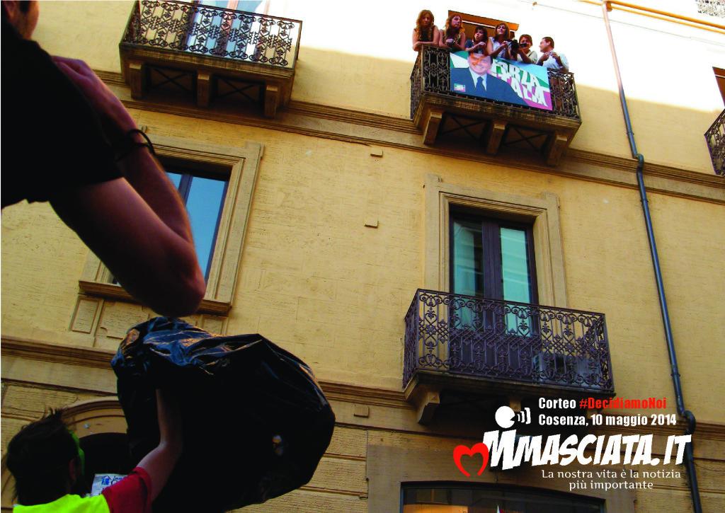 Cosenza, colorato scambio di battute fra i manifestanti di #DecidiamoNoi e i militanti di Forza Italia