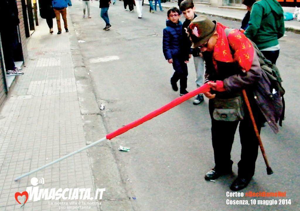 Il 78enne Antonio Fiorino ripone la sua bandiera al termine della manifestazione (foto di Paolo Vigna)