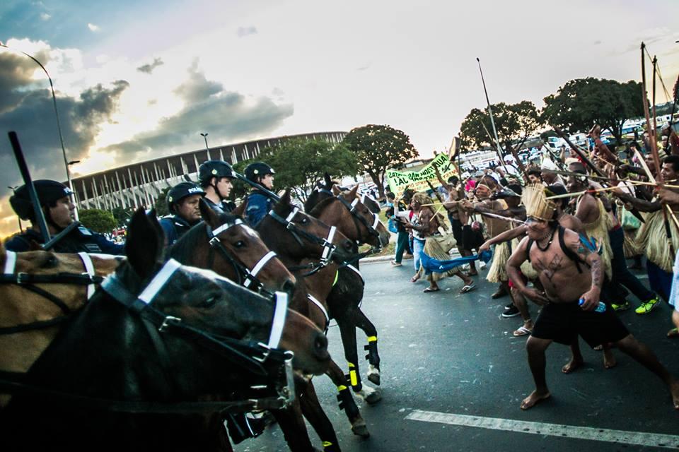 Marcha pacífica liderada por indígenas é interceptada por Cavalaria da Polícia ao se aproximar do Estádio Mané Garrincha.