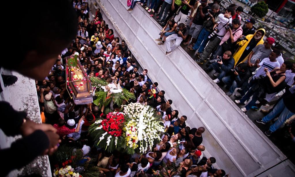 I tumulti ai funerali del ballerino Douglas, ucciso dagli agenti.