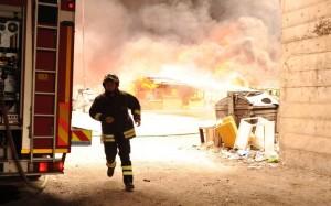 Il campo rom di Cosenza in fiamme. Fotogramma