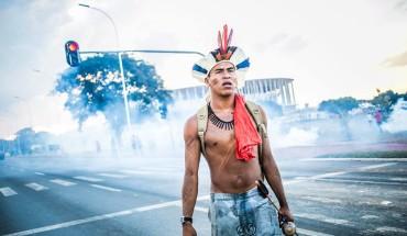 Bombas de gás são lançadas contra lideranças indígenas nas proximidades do Estádio Mané Garrincha.