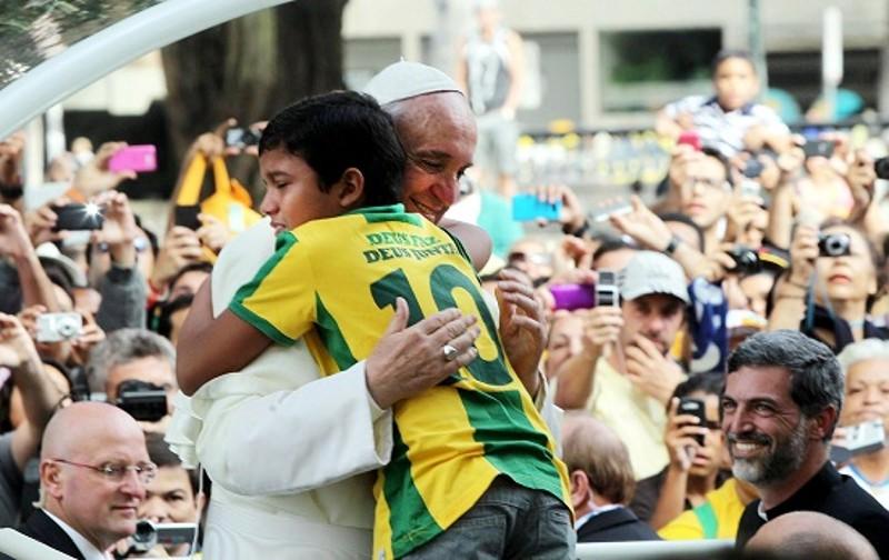 Papa Francesco durante la sua storica visita a Rio, nel luglio dello scorso anno.