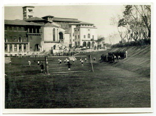 Una partita di calcio nel refettorio del collegio