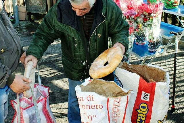 La distribuzione del pane dei poveri a Cosenza