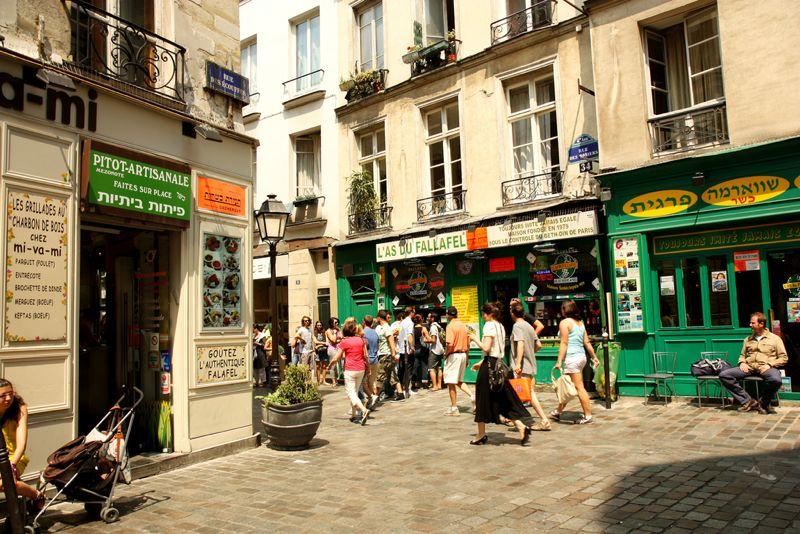 Foto scattata a Les Marais, il quartiere di Parigi sconvolto dall'attentato di ieri.