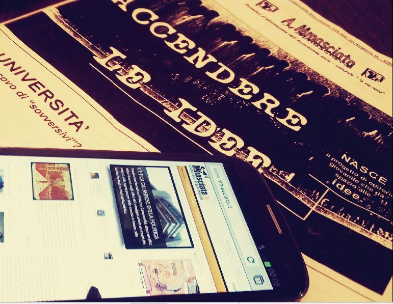Luglio 2012, Mmasciata lancia la versione mobile. Sullo sfondo il primo numero della rivista datata 2012.