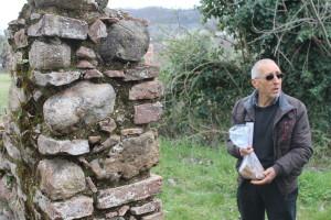 Francesco Ruffolo mostra gli antichi reperti di contrada Vennarello