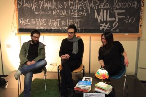 Al centro della foto, Nicola Lagioia risponde alle domande di Giuseppe Bornino e Silvia Cosentino del Filo di Sophia