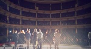 La standing ovation del Teatro Rendano (foto fb ufficiale Brunori Sas)