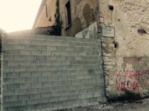 L'opera di muratura all'entrata dell'ex Umberto I di Cosenza
