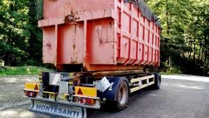 Camion di rifiuti attraversano i boschi diretti all'impianto Miga (foto Cap)