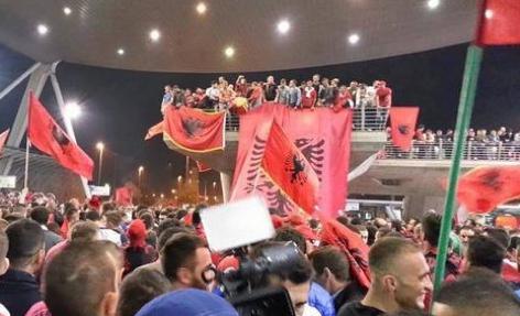 L'accoglienza riservata alla Nazionale albanese all'aeroporto di Tirana