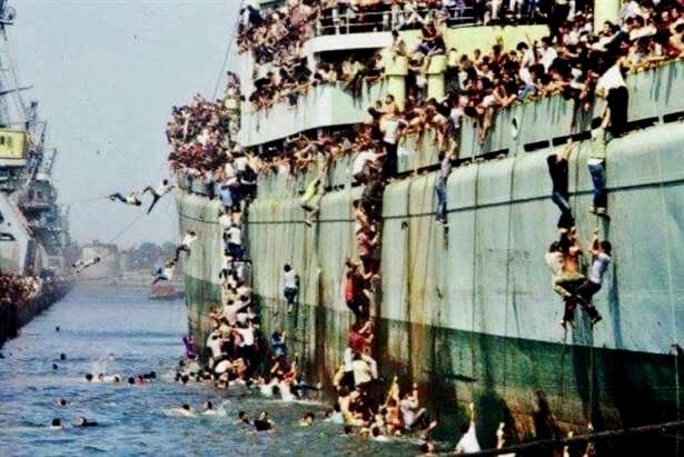 La nave Vlora all'arrivo nel porto di Bari