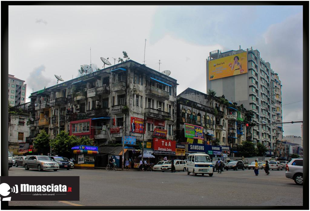 Una strada del centro di Yangon