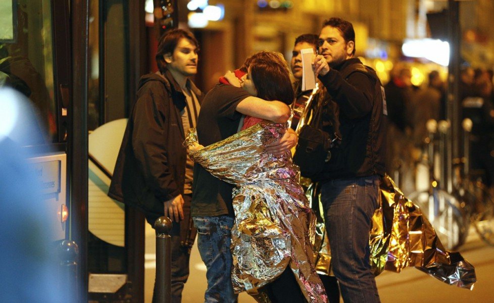 parigi abbraccio in strada