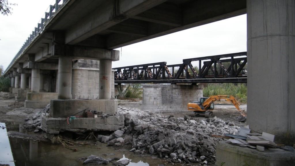 I lavori di pulitura del torrente sotto il ponte