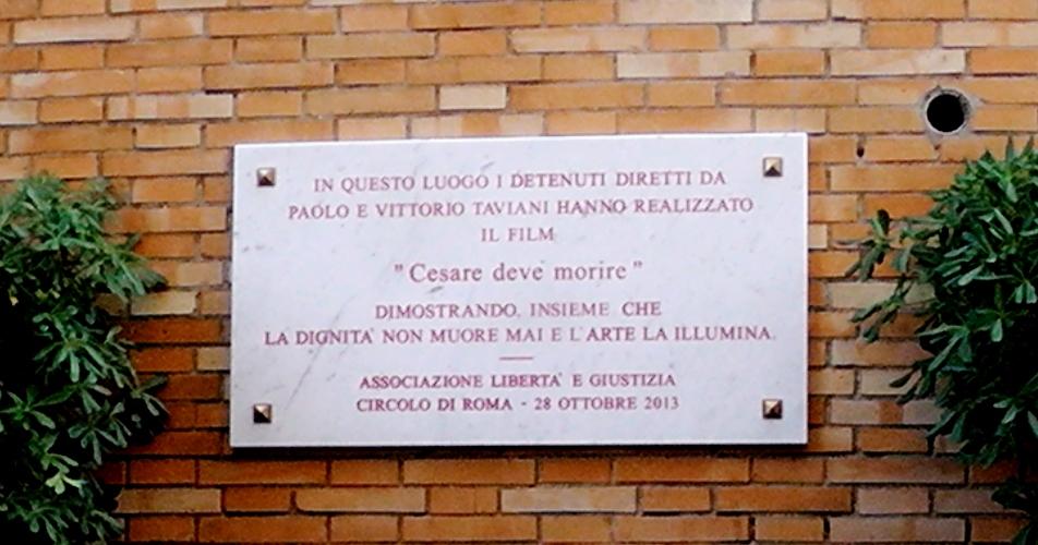 La targa posta di fronte al teatro circondariale di Rebibbia ricorda le riprese del film dei fratelli Taviani