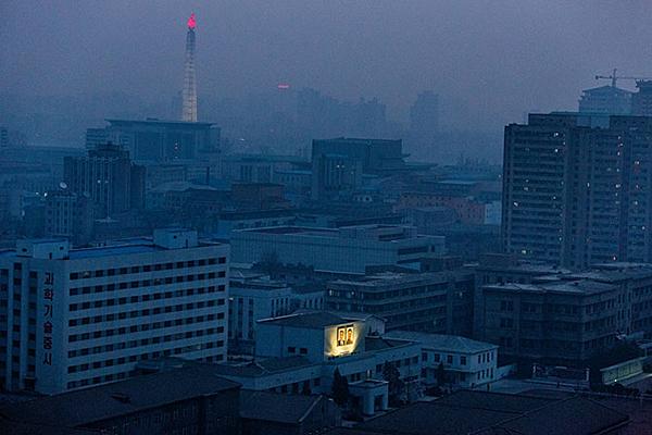 All'alba i ritratti di Kim Il Sung e di suo figlio Kim Jong Il sono ancora illuminati. Anche durante i frequenti blackout, la fiamma in cima alla torre Juche di Pyongyang resta sempre accesa.