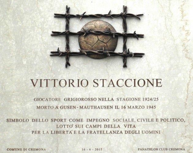 La targa in marmo dedicata a Vittorio Staccione posta sulle mura dello stadio Zini di Cremona