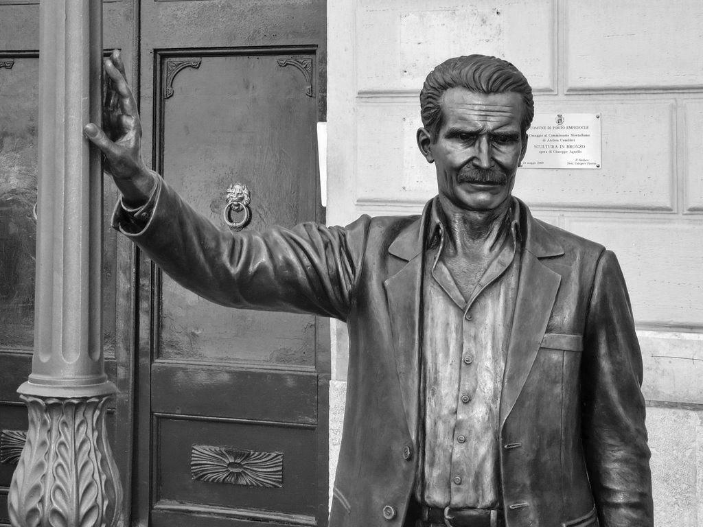 La statua del commissario Montalbano (quello creato da Camilleri) a Porto Empedocle