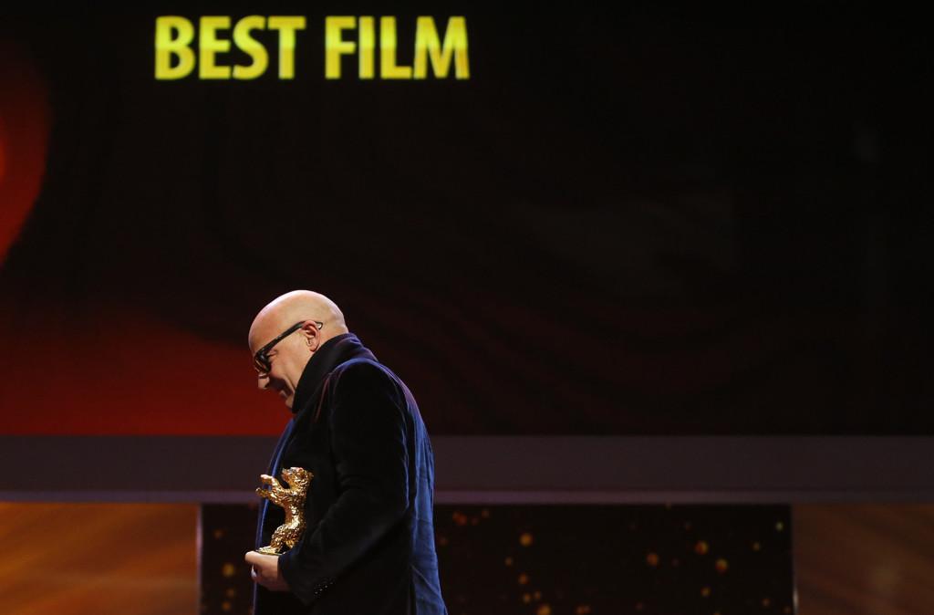 Il regista Gianfranco Rosi ritira l'Orso d'oro a Berlino per il suo film Fuocoammare. (Fabrizio Bensch, Reuters/Contrasto)